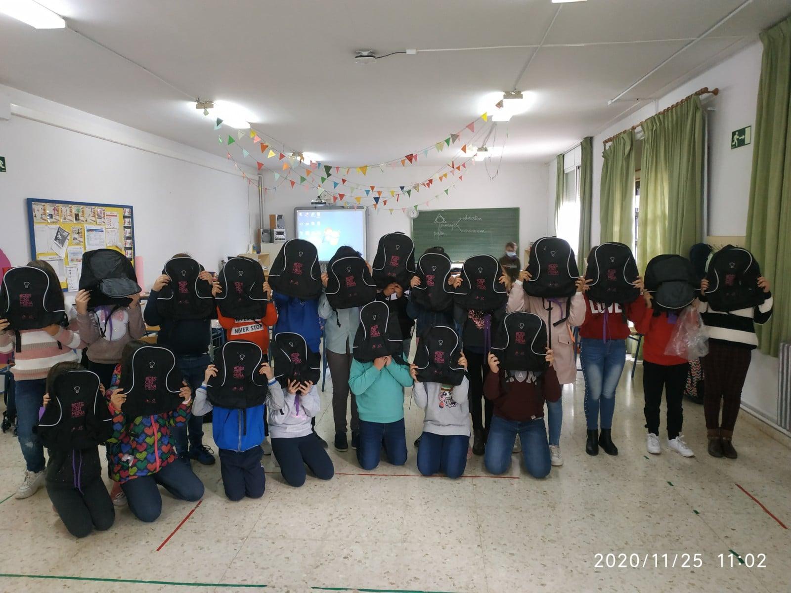 Reparto de mochilas a los escolares de Almedinilla y aldeas 1